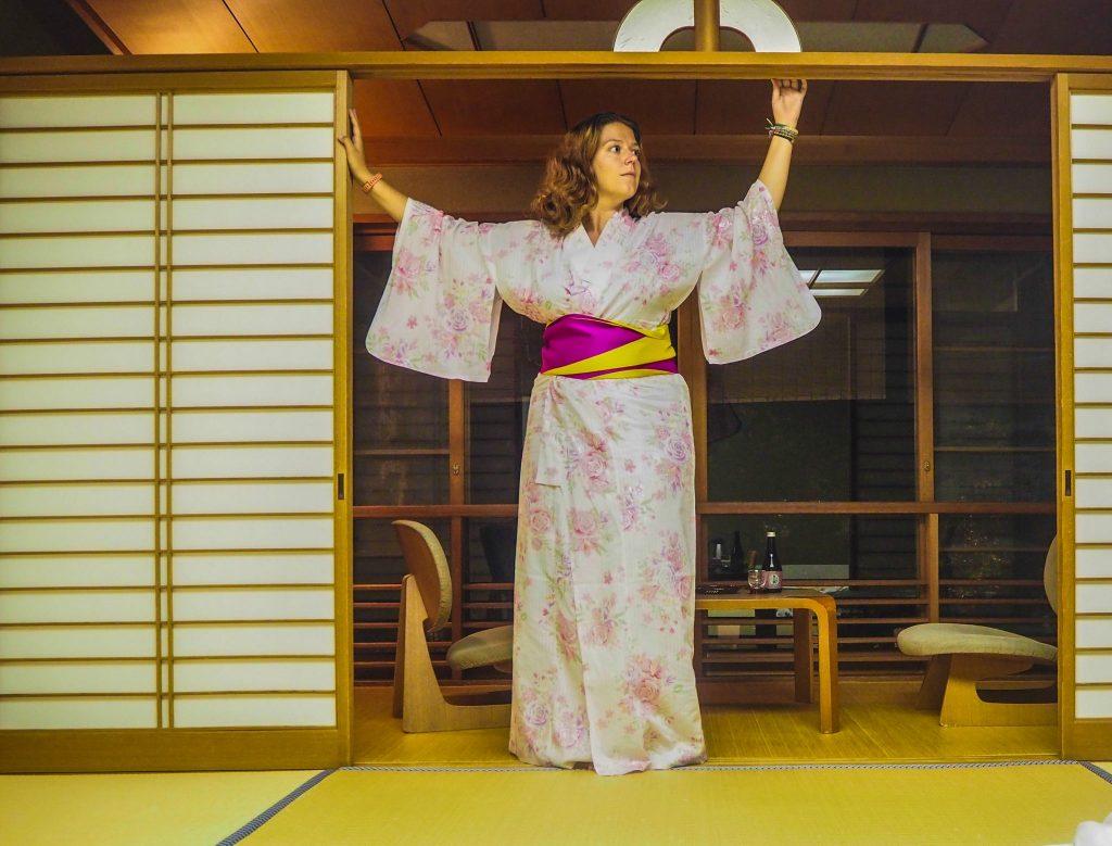Port du yukata dans ma chambre de ryokan - Vivre l'expérience du ryokan et de l'onsen à Kinosaki : Nishimuraya Honkan