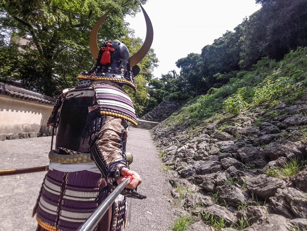 S'habiller en armure de samouraï pour visiter le château de Wakayama