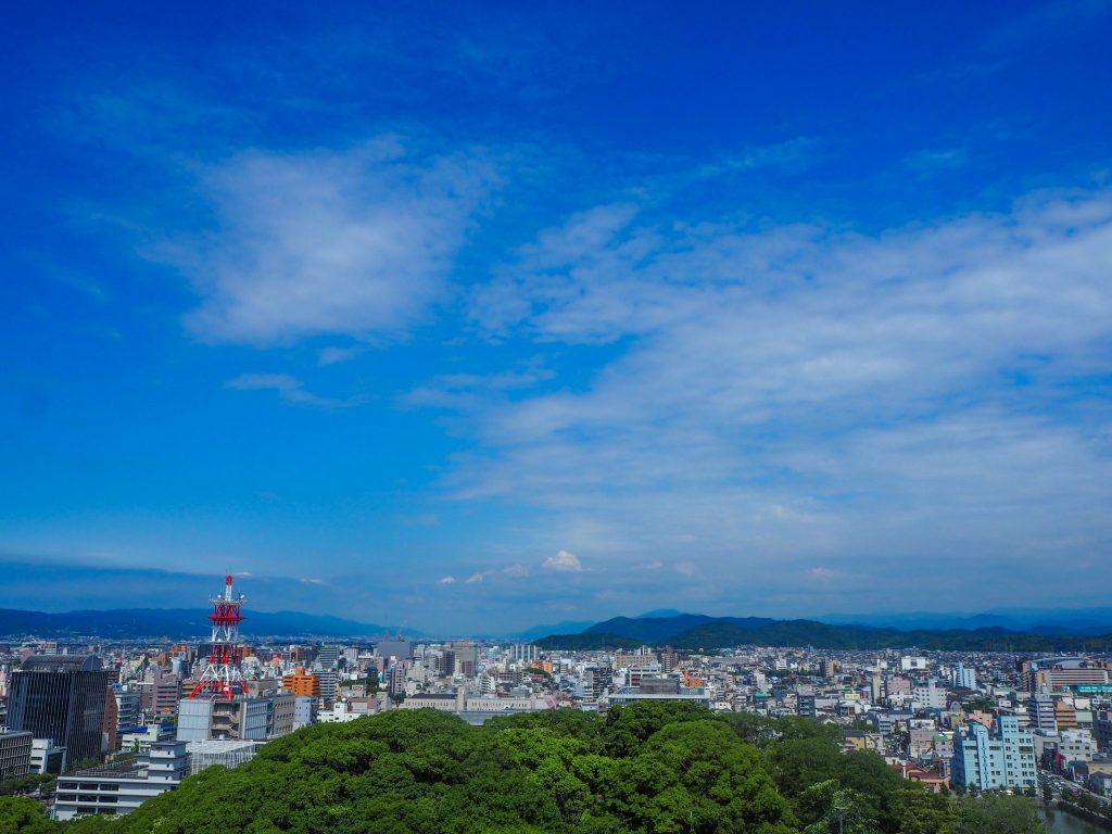 Vue sur la ville depuis le château de Wakayama lors d'un voyage authentique au Japon en mode slow travel