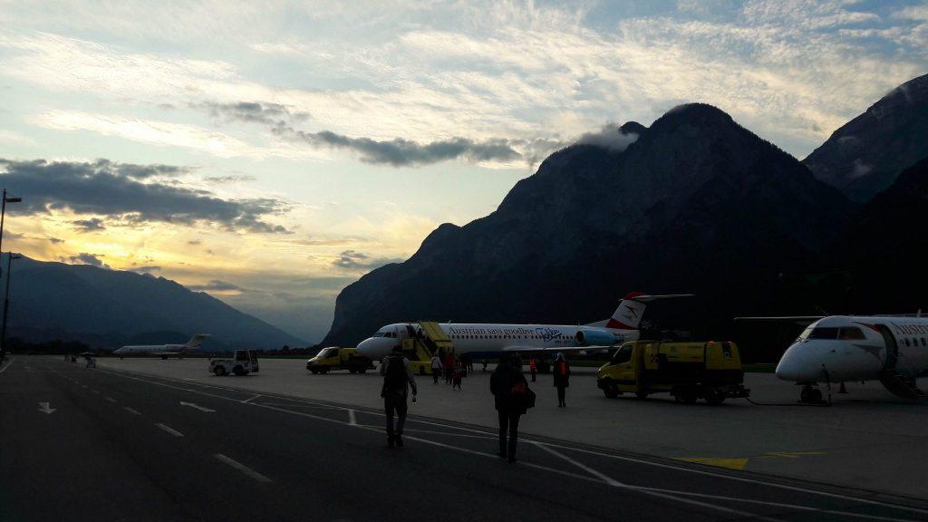 Coucher de soleil sur l'aéroport d'Innsbruck au départ de l'Autriche