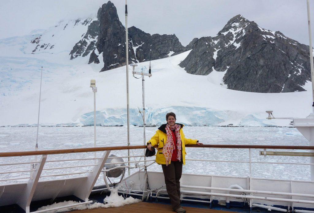 Bateau pris dans la glace lors d'un voyage en Antarctique - Comment préparer son voyage en Antarctique? Le guide pratique complet pour tout savoir: budget, itinéraire, activités, équipement, faune, voyage responsable, quelle croisière choisir, que faire en Patagonie et où dormir à Ushuaia...