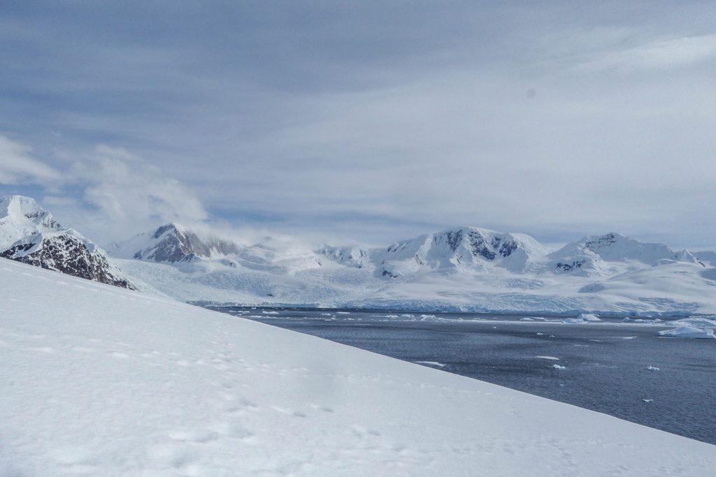Des paysages à couper le souffle en Antarctique - Comment préparer son voyage en Antarctique? Le guide pratique complet pour tout savoir: budget, itinéraire, activités, équipement, faune, voyage responsable, quelle croisière choisir, que faire en Patagonie et où dormir à Ushuaia...