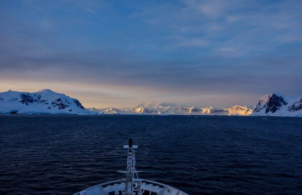 Coucher de soleil sur l'Antarctique ou quand l'Antarctique te prend aux tripes - Comment préparer son voyage en Antarctique? Le guide pratique complet pour tout savoir: budget, itinéraire, activités, équipement, faune, voyage responsable, quelle croisière choisir, que faire en Patagonie et où dormir à Ushuaia...