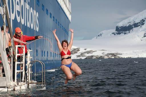 Faire un plongeon polaire en Antarctique - Comment préparer son voyage en Antarctique? Le guide pratique complet pour tout savoir: budget, itinéraire, activités, équipement, faune, voyage responsable, quelle croisière choisir, que faire en Patagonie et où dormir à Ushuaia...