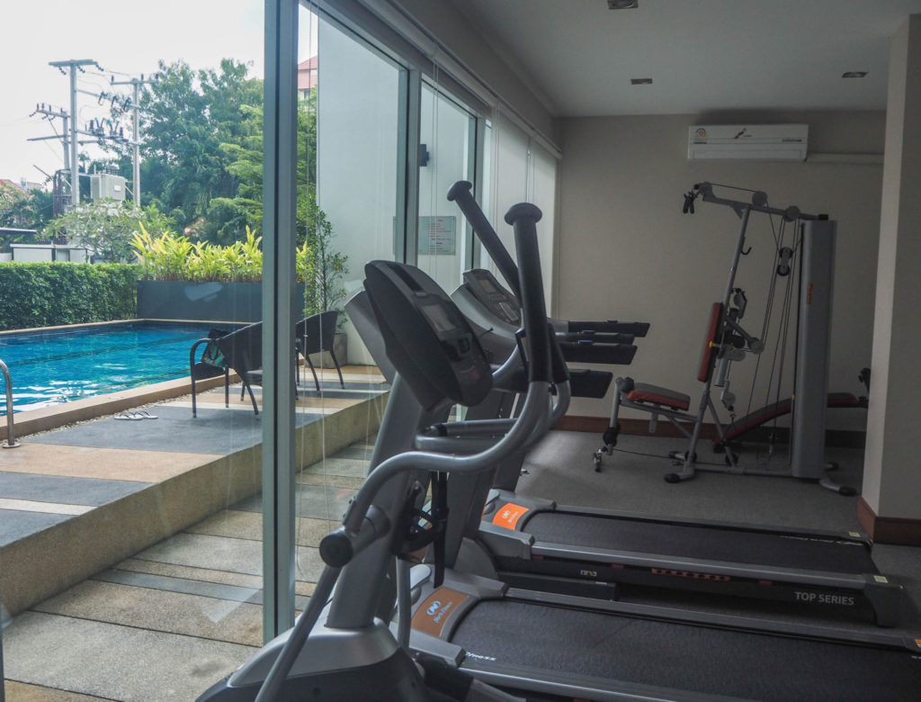 Le gym et la piscine dans mon bâtiment à Chiang Mai en Thaïlande