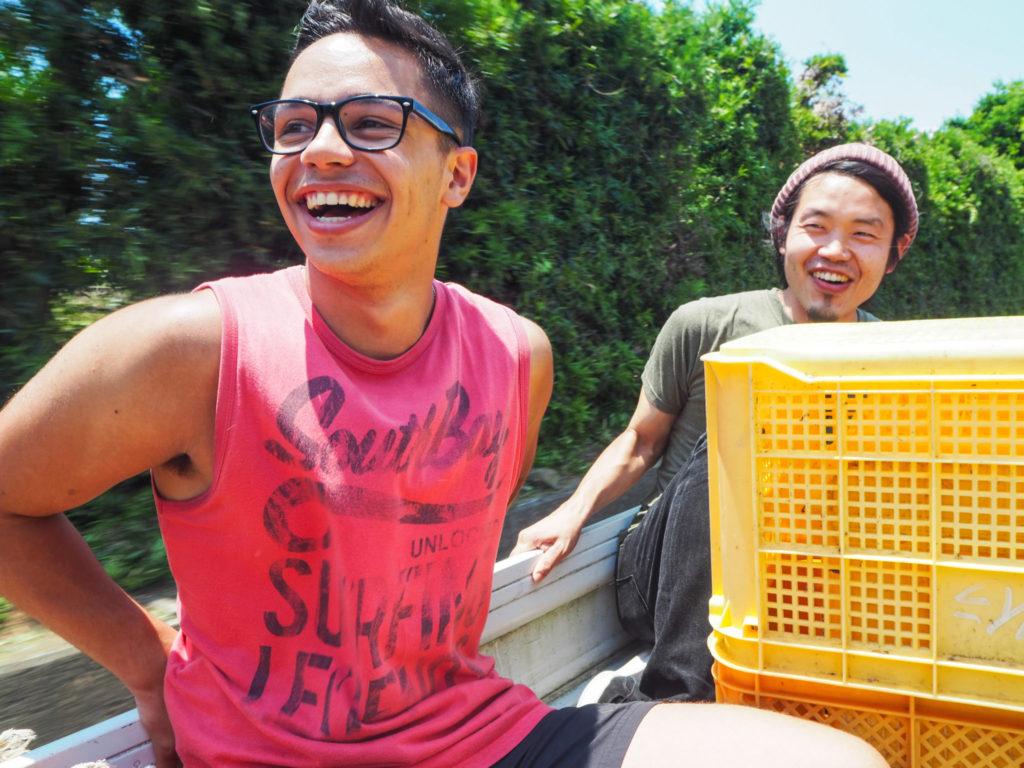 Dans une jeep, un volontaire et Rob, le responsable du projet The Other House à Izu - Découverte de l'autre Japon sur la Péninsule d'Izu au Japon