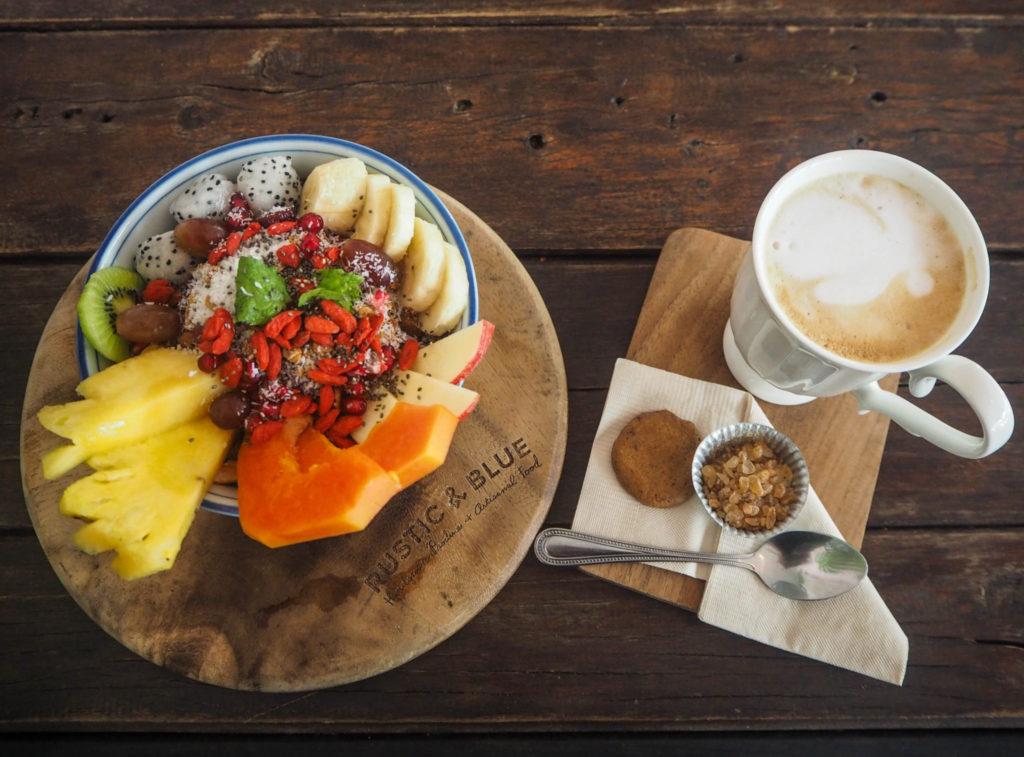 Petit-déjeuner au café rustic and Blue à Chiang Mai - Visiter Chiang Mai : le guide pratique ultime du voyage lent et nomade à Chiang Mai en Thaïlande