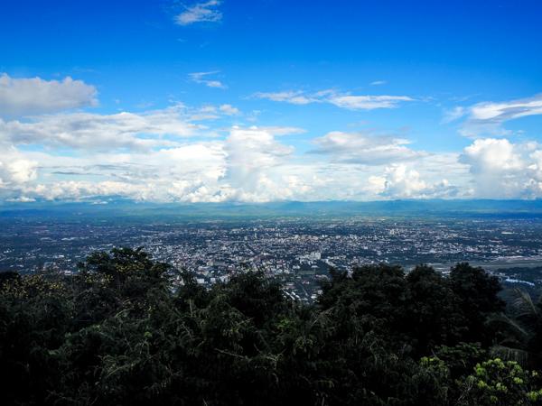 Vue sur Chiang Mai depuis le Doi Suthep - Visiter Chiang Mai : le guide pratique ultime du voyage lent et nomade à Chiang Mai en Thaïlande