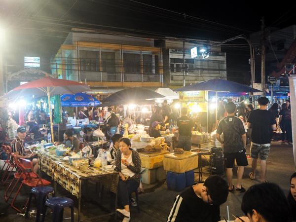 Marché de nuit à Chiang Mai - Visiter Chiang Mai : le guide pratique ultime du voyage lent et nomade à Chiang Mai en Thaïlande
