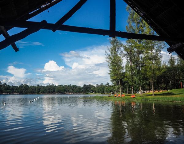 Au bord du LAAu bord du lac Huay Tung Tao à Chiang Mai - Visiter Chiang Mai : le guide pratique ultime du voyage lent et nomade à Chiang Mai en Thaïlande