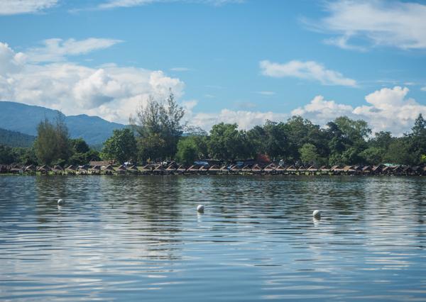 Au bord du lac Huay Tung Tao à Chiang Mai - Visiter Chiang Mai : le guide pratique ultime du voyage lent et nomade à Chiang Mai en Thaïlande