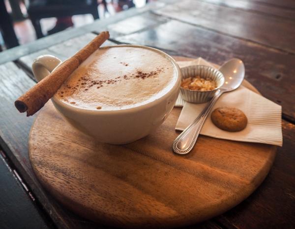 Un dirty chai au Rustic and Blue à Chiang Mai - Visiter Chiang Mai : le guide pratique ultime du voyage lent et nomade à Chiang Mai en Thaïlande
