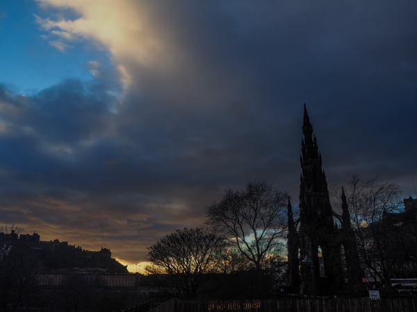Coucher de soleil sur Edimbourg - Visiter Edimbourg en hiver - Un week-end dans la capitale écossaise: visiter Edimbourg en mode slow travel / que faire en cas de pluie Edimbourg et sur les traces d'Harry Potter à Edimbourg.