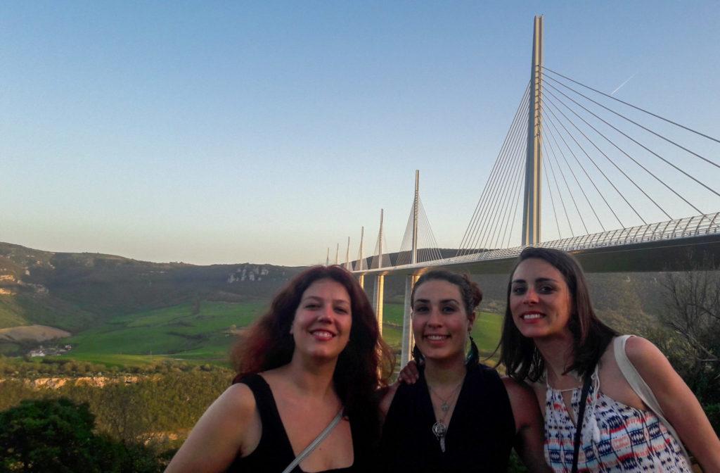 Soirée au viaduc de Millau avec les copines Claire et Emma - Visiter Millau sur la terre et dans les airs