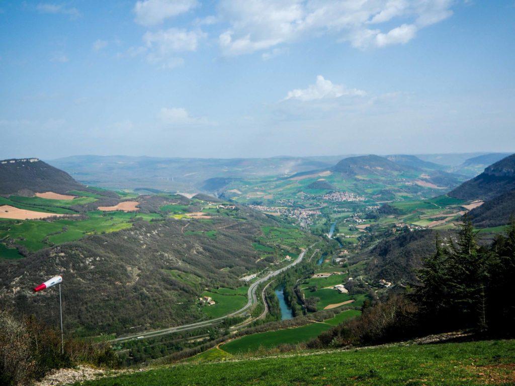Vue sur Millau et son viaduc depuis le Causse Noir en Aveyron - Visiter Millau sur la terre et dans les airs