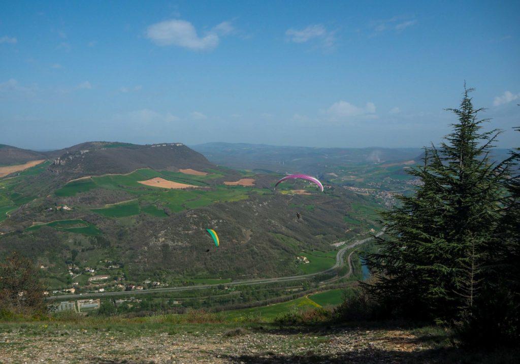 Vue sur Millau et son viaduc depuis le Causse Noir en Aveyron lors d'un vol en parapente - Visiter Millau sur la terre et dans les airs