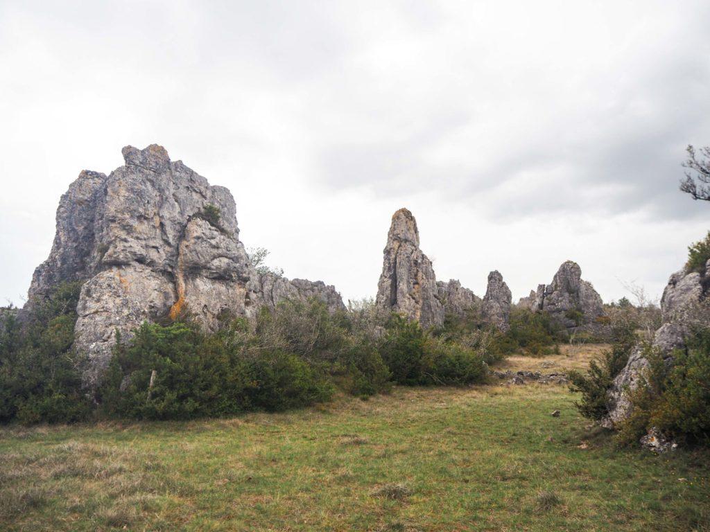 Randonnée contée sur le plateau du Larzac à Millau en Aveyron - Visiter Millau sur la terre et dans les airs