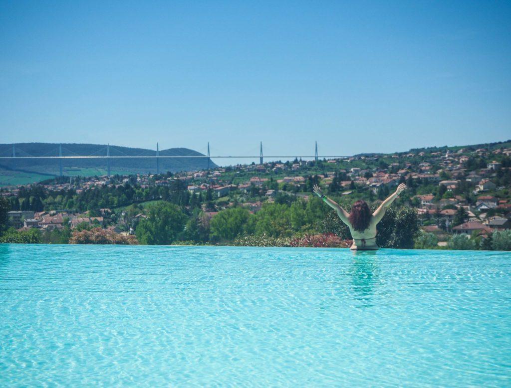Coucher de soleil sur le Viaduc de Millau - Visiter Millau sur la terre et dans les airs - Randonnée et parapente pour découvrir la beauté de la ville de Millau en Aveyron en France, sur la terre et dans les airs #voyage #france #aveyron #millau #parapente #randonnée #viaduc