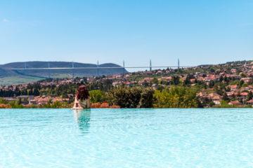 La piscine du Domaine Saint-Estève - Visiter Millau sur la terre et dans les airs
