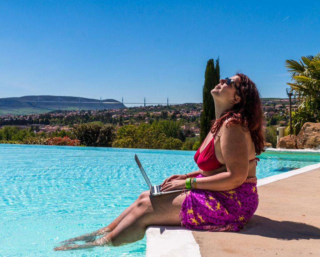 Séance de boulot à la piscine à Millau - Bilan mensuel avril et mai 2018 entre la France et le Canada - Voyages et Vagabondages