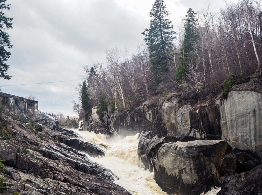 Chute d'eau de la Pulperie à Chicoutimi - Visiter la région du Saguenay Lac Saint-Jean