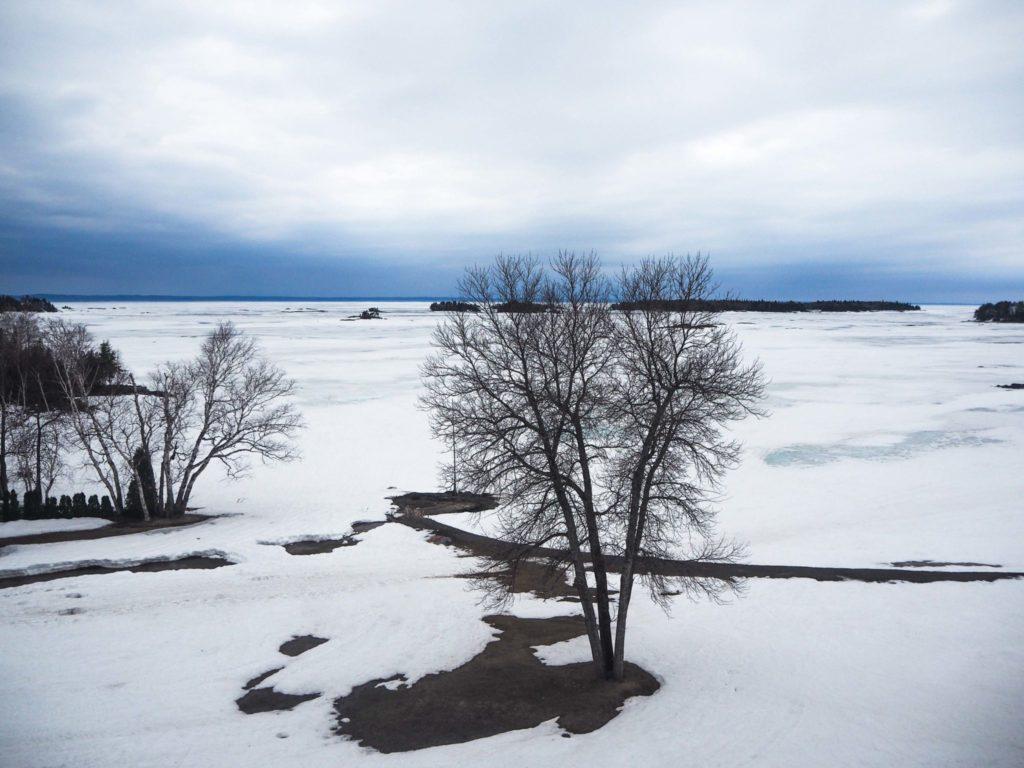 Vue sur le Lac Saint-Jean gelé depuis l'Auberge des îles - Visiter la région du Saguenay Lac Saint-Jean