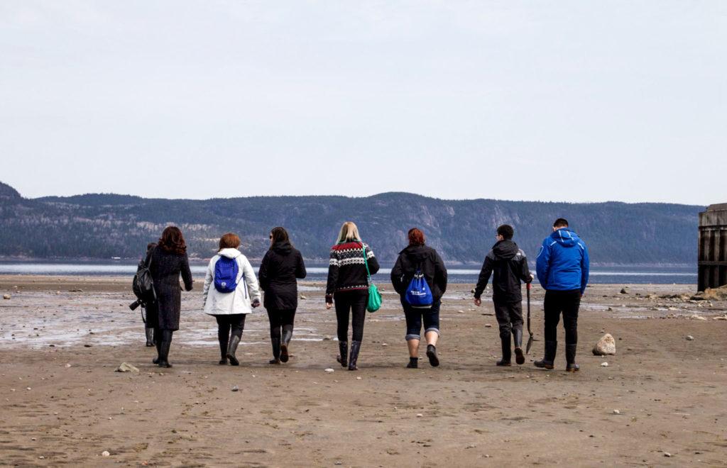 En groupe dans la Baie des Ha! ha! à marée basse - Visiter la région du Saguenay Lac Saint-Jean
