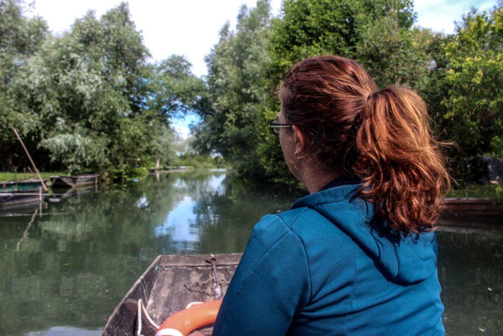 Visiter le marais de Bourges en barque plate - Quelques idées de week-end insolite, nature et déconnexion en Berry pour se ressourcer lors d'un voyage en France: hébergements insolites, activités uniques et détente, moments de nature et de déconnexion pour se retrouver et revenir à l'essentiel.
