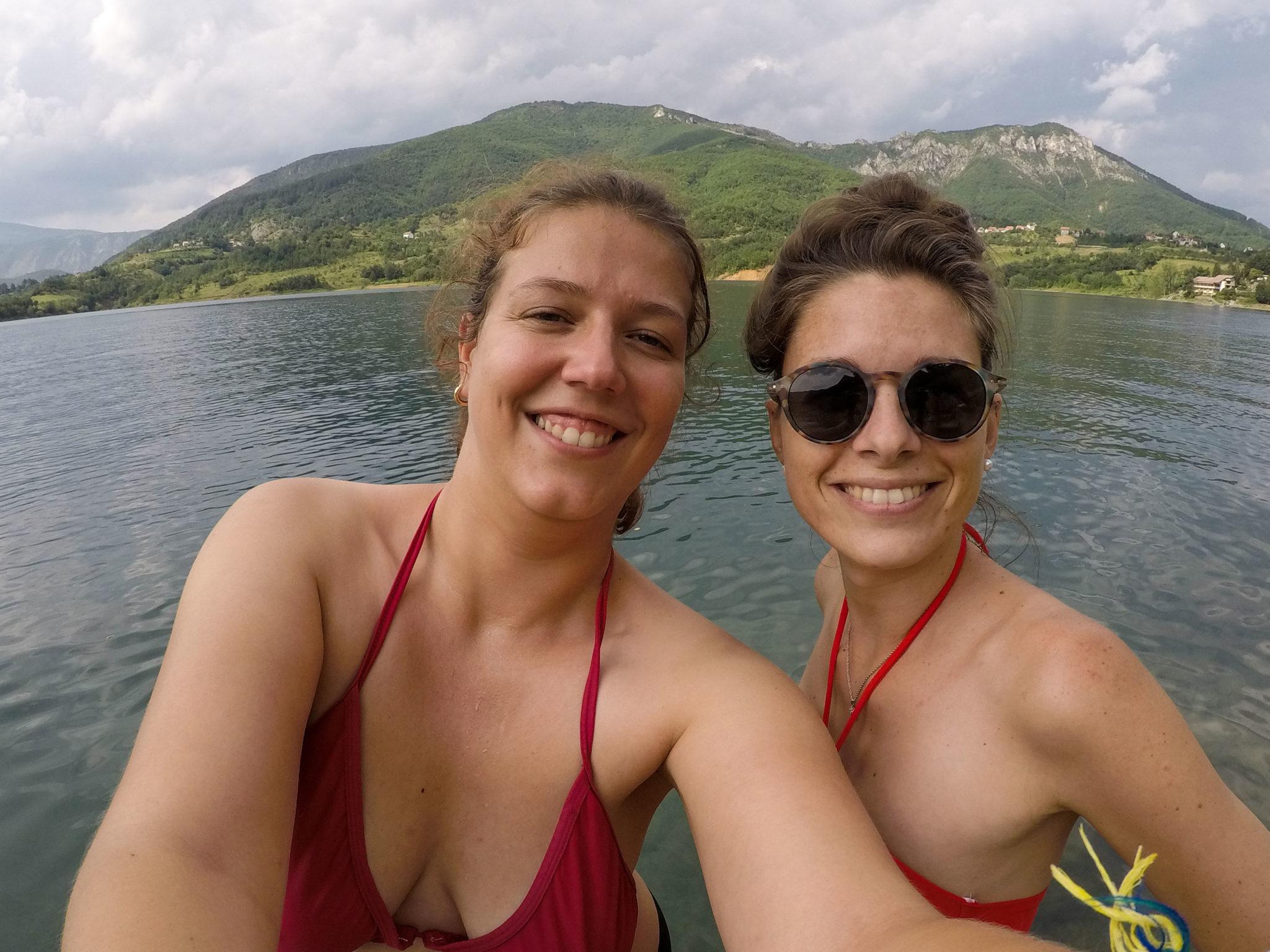 Deux voyageuses, seules, à Ramsko Jezero, le lac de Rama en Bosnie-Herzégovine - Un été nomade en Bosnie - Voyages et Vagabondages, le blog du voyage en solo et au féminin