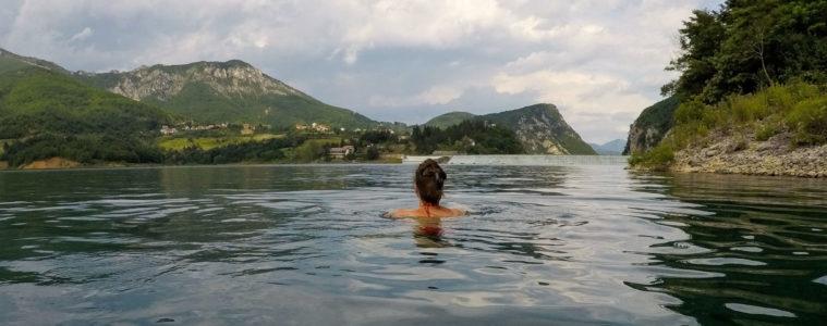 Baignade tranquille à Ramsko Jezero, le lac de Rama en Bosnie-Herzégovine - Un été nomade en Bosnie - Voyages et Vagabondages, le blog du voyage en solo et au féminin