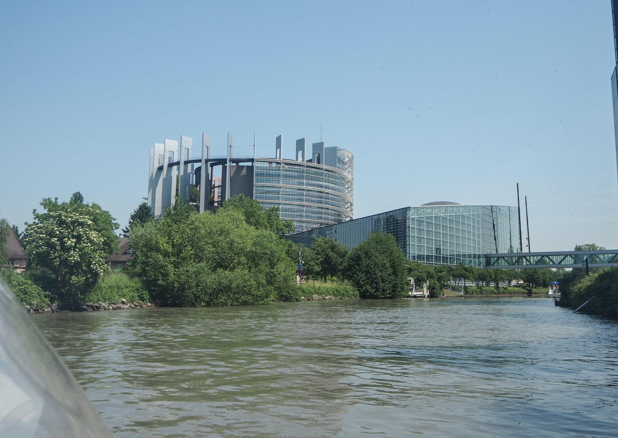 Le Parlement Européen à Strasbourg - Visiter Strasbourg au fil de l'eau: 2 jours dans la capitale alsacienne entre amies - Par Voyages et Vagabondages, le blog du voyage en solo au féminin - Récit, photos, conseils, idées de visite et bonnes adresses pour visiter Strasbourg