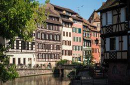 Maison à colombages - Au coeur de la Petite France à Strasbourg - Visiter Strasbourg au fil de l'eau: 2 jours dans la capitale alsacienne entre amies - Par Voyages et Vagabondages, le blog du voyage en solo au féminin - Récit, photos, conseils, idées de visite et bonnes adresses pour visiter Strasbourg