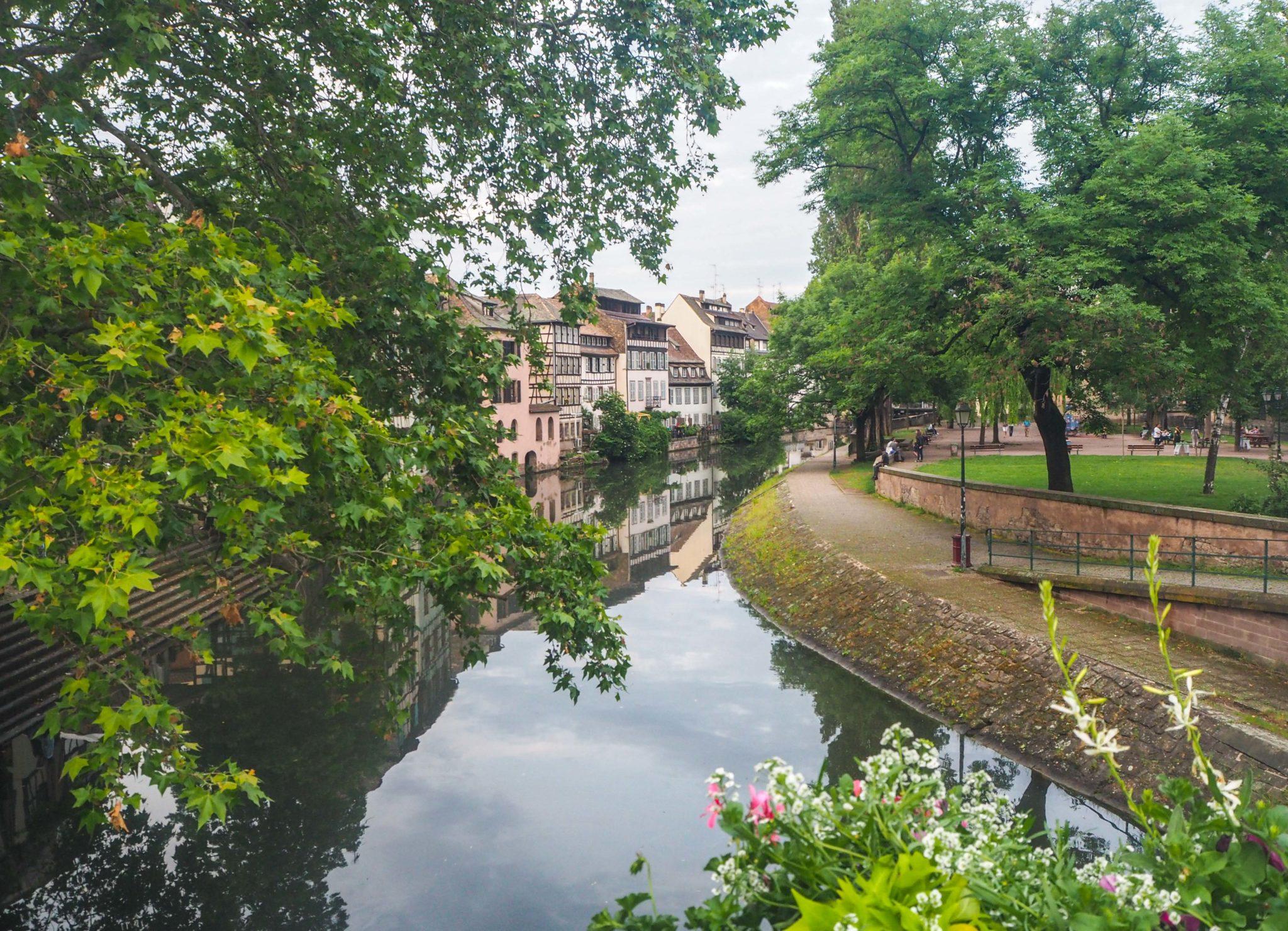 Au coeur de la Petite France à Strasbourg - Visiter Strasbourg au fil de l'eau: 2 jours dans la capitale alsacienne entre amies - Par Voyages et Vagabondages, le blog du voyage en solo au féminin - Récit, photos, conseils, idées de visite et bonnes adresses pour visiter Strasbourg