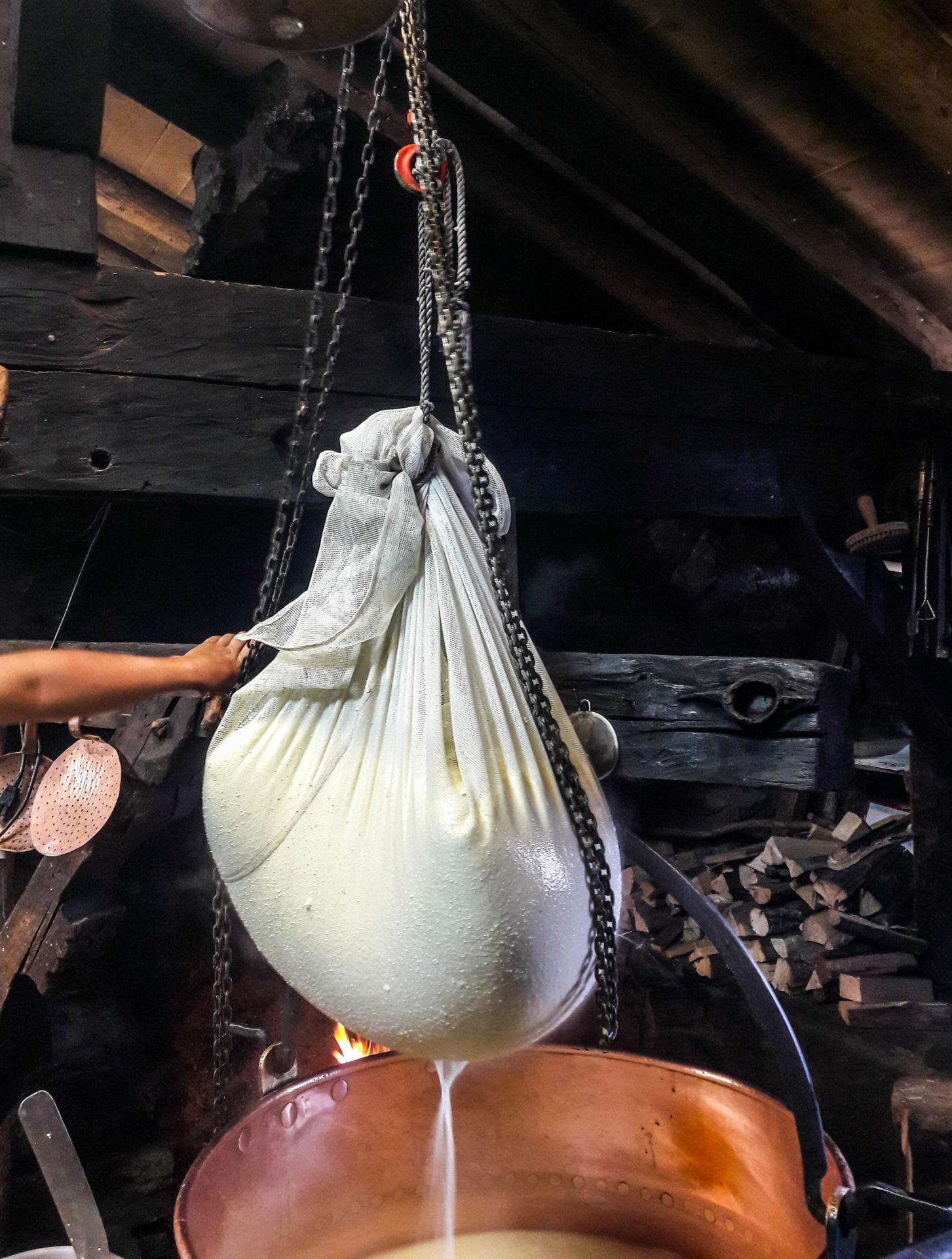 Fabrication traditionnelle de fromage à raclette à l'Alpage Lapisa à Champéry - Champéry: un séjour détente, nature et sport en Région Dents du Midi, au coeur du Valais dans les Alpes Suisses