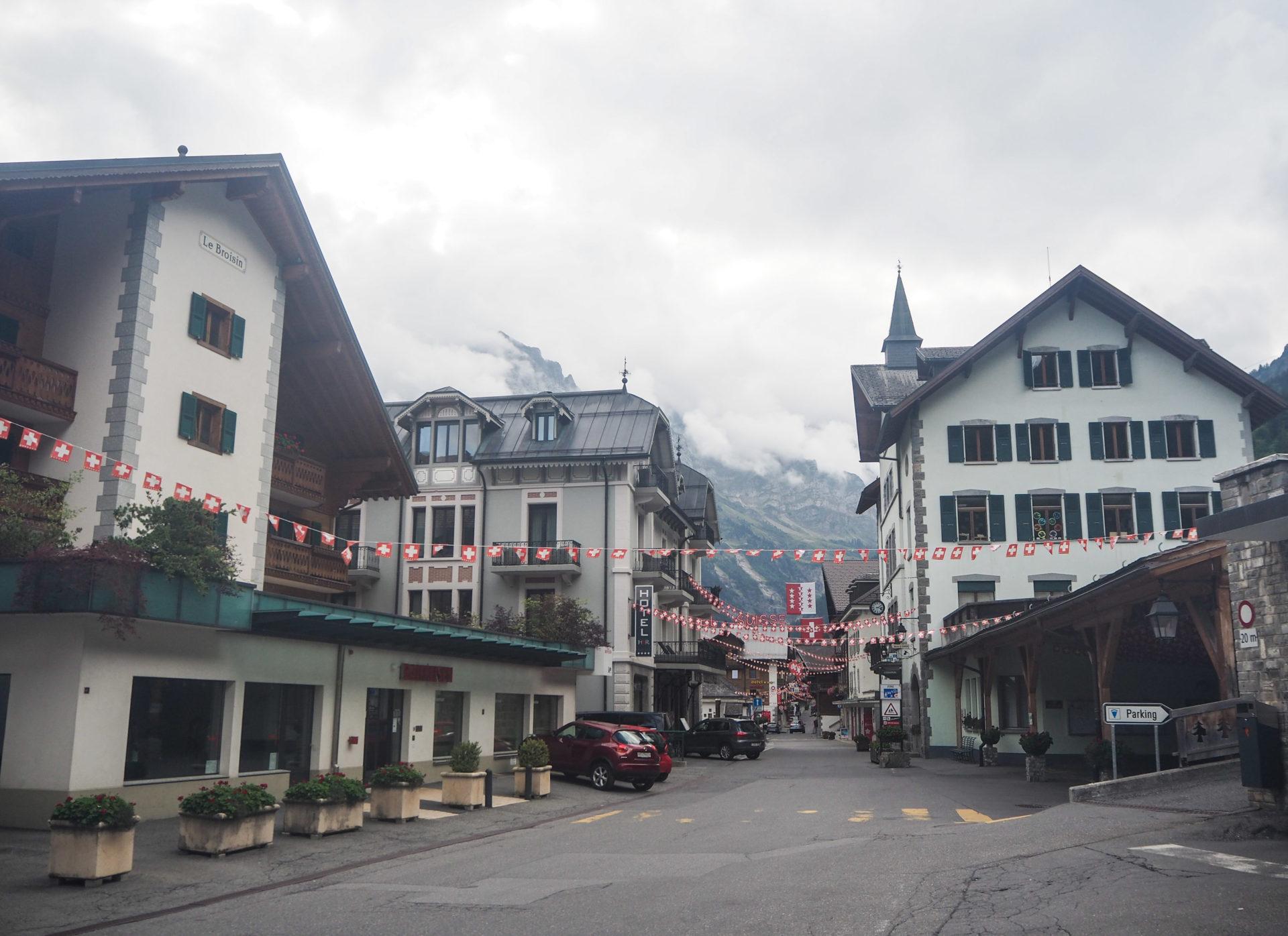 Promenade dans la ville de Champéry - Champéry: un séjour détente, nature et sport en Région Dents du Midi, au coeur du Valais dans les Alpes Suisses
