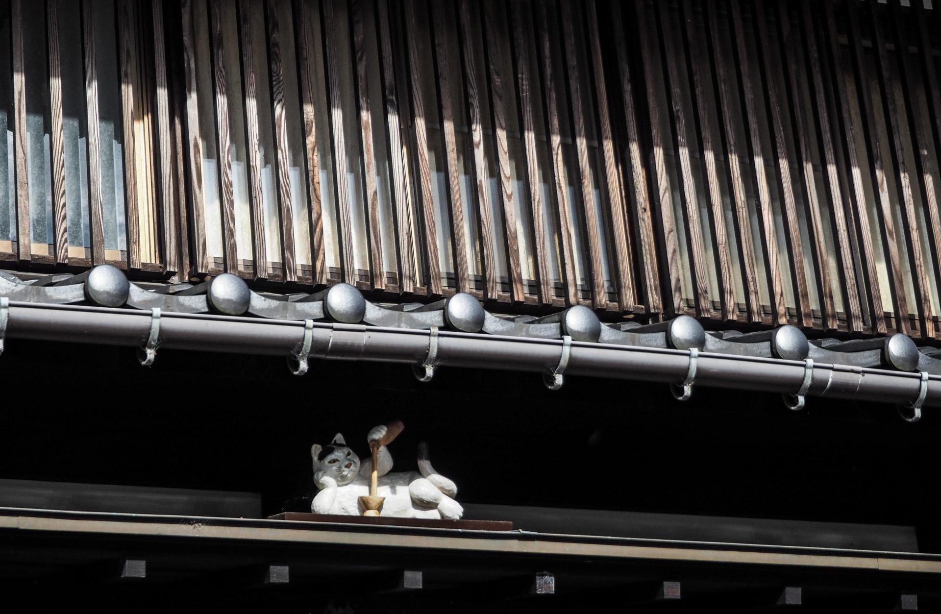 Chat sculpté à Inami, la ville du vent et du bois à Toyama - Préfecture de Toyama, porte d'entrée vers les Alpes Japonaises - Voyager au Japon hors des sentiers battus