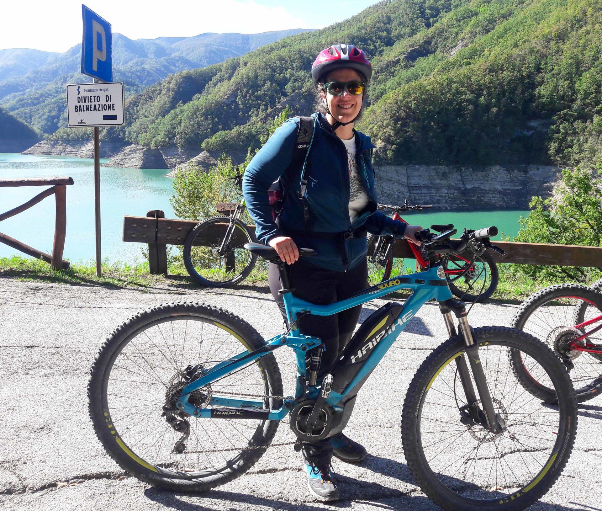VTT électrique au barrage de Ridracoli - Un voyage nature en Emilie-Romagne, au coeur du Delta du Pô sur la côte Adriatique et du Parc national de la Forêt Casentinesi, Mont Falterona et Campigna dans les Apennins en Italie