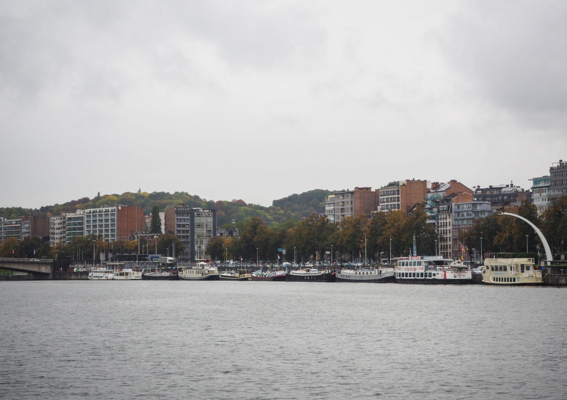 Sur les bords de la Meuse - Visiter Liège en Belgique en mode slow - Que faire et que visiter à Liège? - Adresses slow et gourmandes à Liège - Informations pratiques pour visiter Liège et en tomber amoureuse en quelques instants!