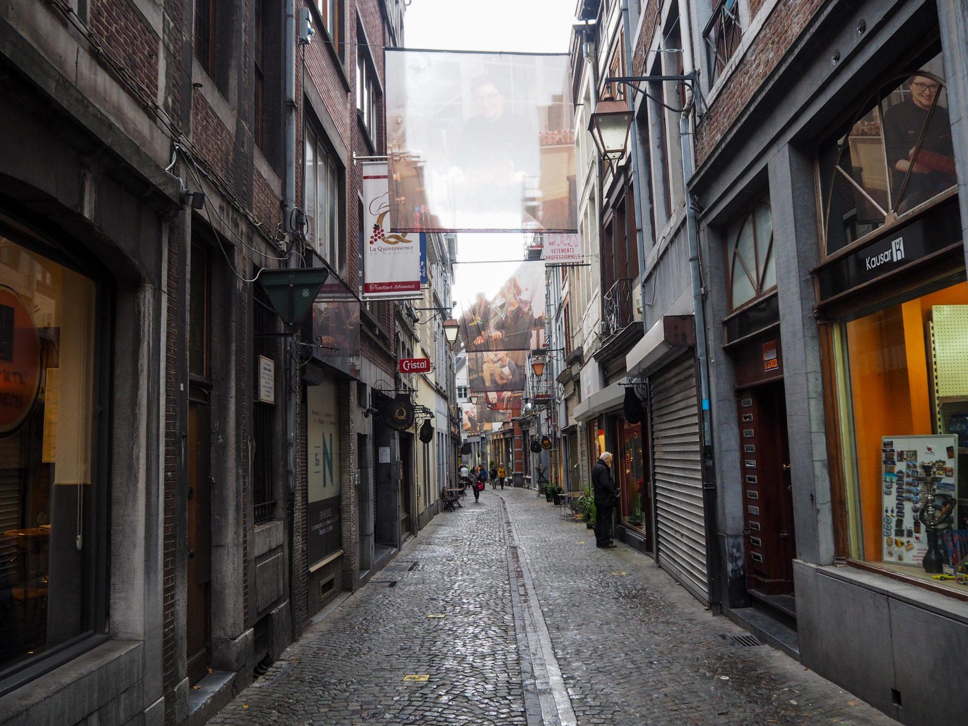 Rue En Neuvice à Liège - Visiter Liège en Belgique en mode slow - Que faire et que visiter à Liège? - Adresses slow et gourmandes à Liège - Informations pratiques pour visiter Liège et en tomber amoureuse en quelques instants!