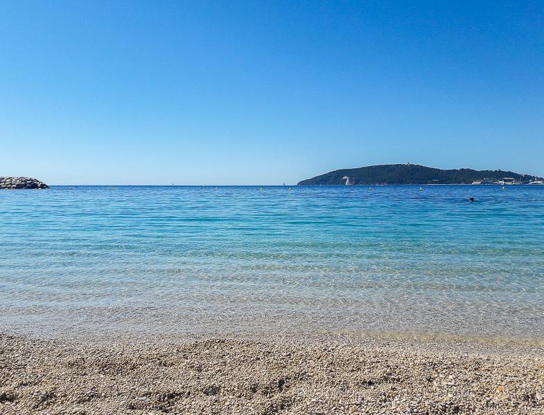 La mer bleue turquoise à Toulon, été 2020